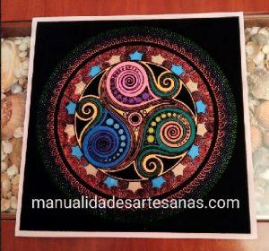 Mándala trisquel símbolo celta pintado