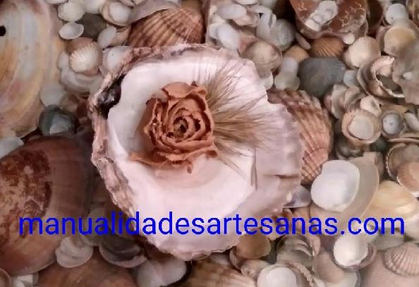 Adorno floral artesano hecho con conchas de mar
