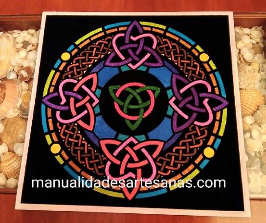 Mándala símbolo celta triqueta pintado con rotuladores