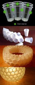 Lámpara con vasos de plástico usados