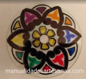 Dibujo de mandala de flor de colores en cd usado