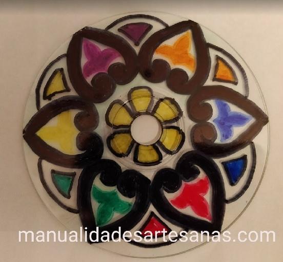 Dibujo de mandala de flor pintado de colores en cd usado