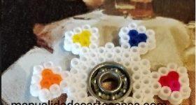 Fidget spinner en forma de flor con pétalos de hamabeads midi