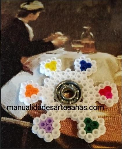 Fidget spinner de flor con pétalos de hama midi