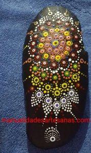 Mandala pintado con puntitos en piedra de río