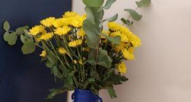Jarrón de cristal reutilizado pintado con flores de puntillismo
