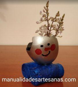 Mini maceta con cáscara de huevo y muñeco de nieve