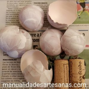 Materiales para hacer mini tiestos con cáscara de huevo y corchos
