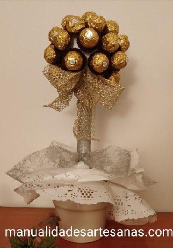 Adorno floral navideño con tubo de cartón y bombones Ferrero Rocher