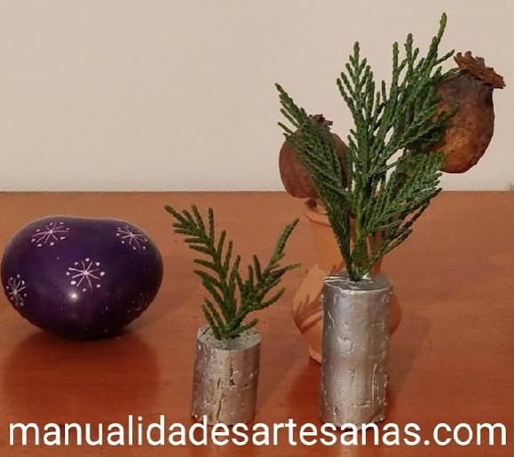 Arboles navideños con corchos de vino y ramas de pino