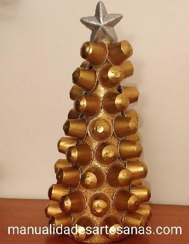 Árbol de Navidad dorado para escritorio hecho con cápsulas nespresso de café