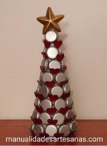 Árbol navideño con chapas de botellas y nespresso