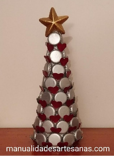 Árbol navideño hecho con chapas de botellas y cápsulas nespresso