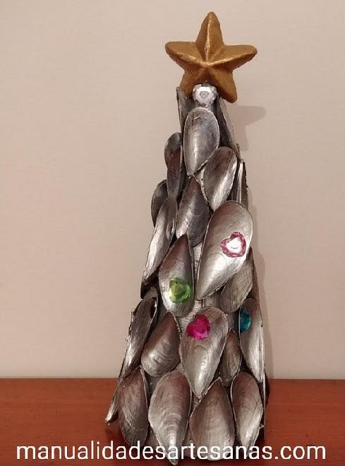 Árbol navideño hecho con cáscaras de mejillones