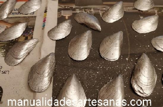 Cáscaras de mejillones pintadas color plata