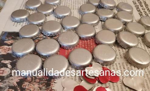 Chapas de botellas color plata y corazones nespresso