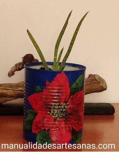 Maceta decorada a mano con flor de pascua con decoupage en lata de conserva