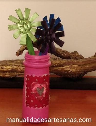 Mini jarrón con flores de paletas de helado y capsulas nespresso