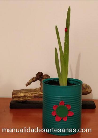 Maceta con lata decorada con flor de cáscaras de pistachos