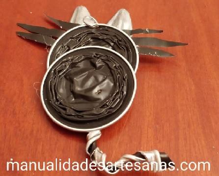 Colgante de gato con cápuslas nespresso y cáscaras de pipas