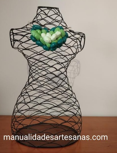 Colgante de corazón de cáscaras de pistachos para celebrar el día mundial del pistacho