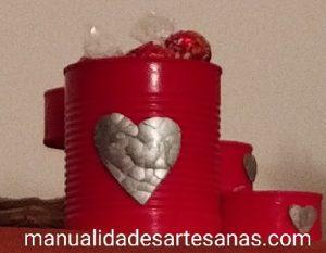 Dispensador de bombones para San Valentín con latas de conservas