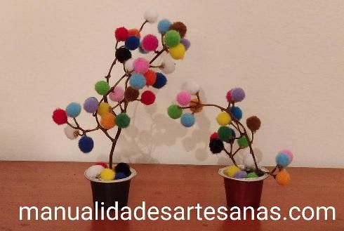 Macetas con tallos de racimos sin uvas, mini pompones y nespresso