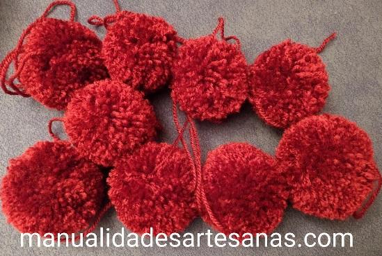 Pompones de lana para cojín corazón