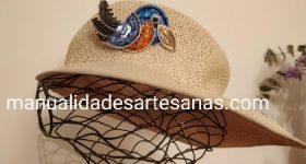 Broche de loro de adorno para sombrero hecho con cápsulas nespresso
