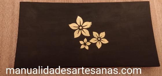 Bandeja de trozo de cristal pintado y decorada con flores doradas