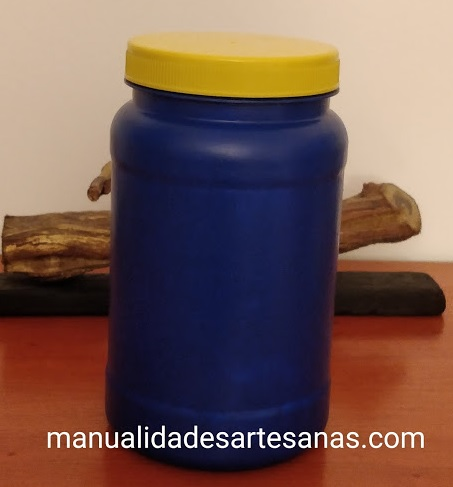 Bote de plástico reutilizado pintado de azul