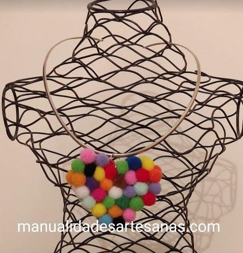 Colgante de corazón hecho de mini pompones multicolor