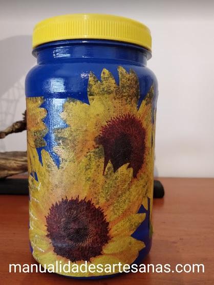 Bote de plástico reutilizado pintado con girasoles con decoupage