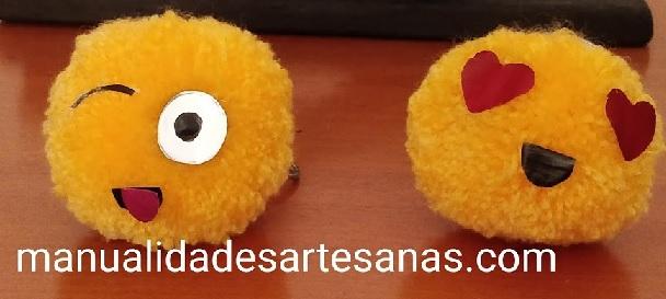 Cómo hacer llaveros de pompones de emojis con lana vieja