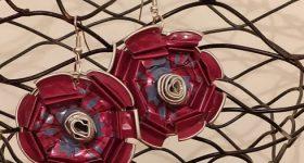 Pendientes de rosas hechos con cápsulas nespresso de café