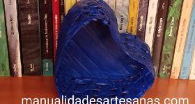 Cómo hacer una cesta en forma de corazón con papel de periódicos