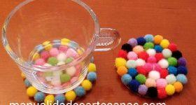 Ideas para hacer posavasos con mini pompones y base de cartón