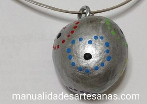Colgante de hueso de aguacate decorado con puntillismo