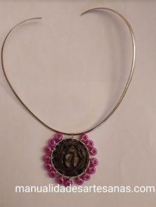 Medallón con perlas rosas y cápsulas nespresso