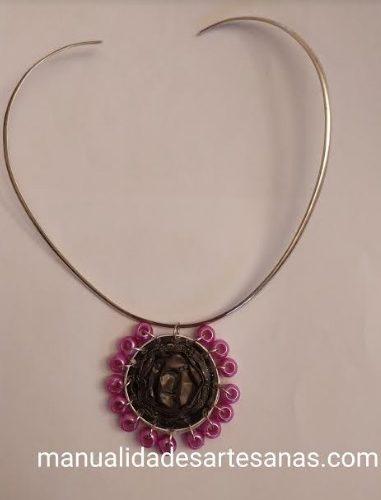 Medallón con perlas rosas y cápsulas nespresso de café