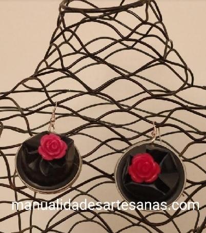 Pendientes en forma de roca con flor de miga de pan pintada y nespresso