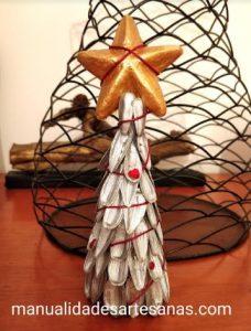Árbol de Navidad hecho con cáscaras de pipas