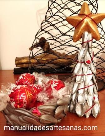 Centro y árbol de Navidad hecho de cáscaras de pipas