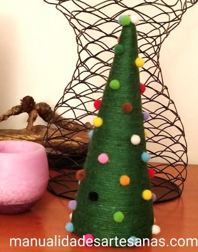 Árbol de Navidad con cuerda de embalaje y pompones