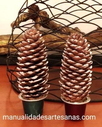 Árboles de Navidad con piñas de pino y nespresso