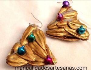 Pendientes arboles navideños con cáscaras de pipas