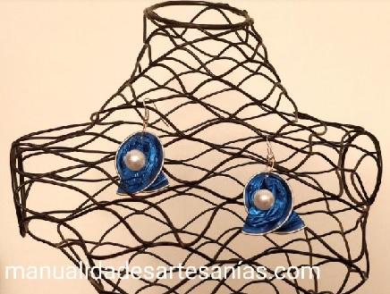 Pendientes de lazos y perlas con cápsulas de café
