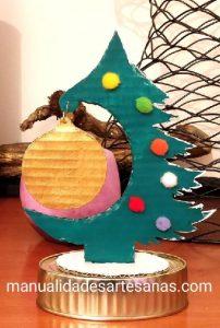 Árbol de Navidad y bola navideña de cartón