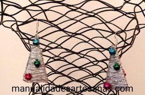 Pendientes árboles de Navidad con cartón e hilo de plata