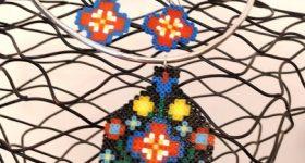 Conjunto de colgante y pendientes de cruces